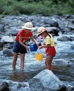 川遊び をする日本の子供2人の写真素材 [FYI03198338]