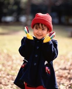 手袋と赤帽子の日本人の女の子の写真素材 [FYI03198342]