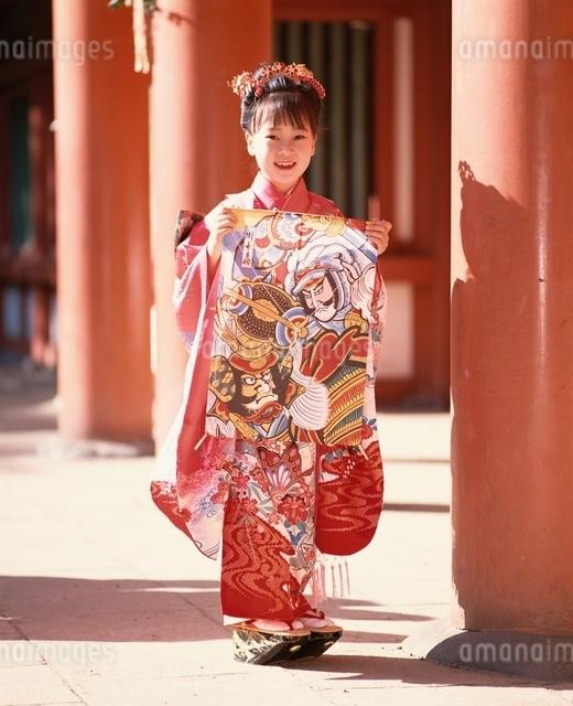 朱門で武者凧を持つ振袖の女の子の写真素材 [FYI03198343]