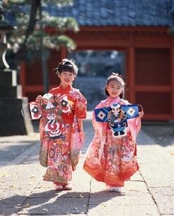 凧を持つ2人の着物の日本人の女の子の写真素材 [FYI03198346]