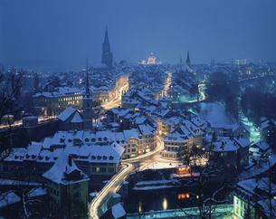 ベルンの街の夜景 グリンデルワルト スイスの写真素材 [FYI03198353]