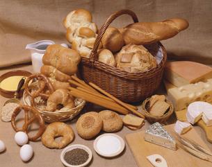 パンとチーズの写真素材 [FYI03198401]
