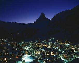 マッターホルンと街並みの夜景  ツェルマット スイスの写真素材 [FYI03198412]