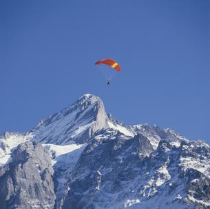 パラセーリングと岩山 グリンデルワルト スイスの写真素材 [FYI03198458]