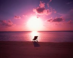 輝く落ち日とイス 海と空    モルディブの写真素材 [FYI03198460]