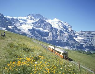 登山電車とユングフラウ スイスの写真素材 [FYI03198465]