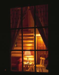 夜のログハウスの窓越の室内 ジャスパー カナダの写真素材 [FYI03198513]