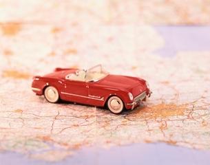 地図とオモチャの車の写真素材 [FYI03198601]