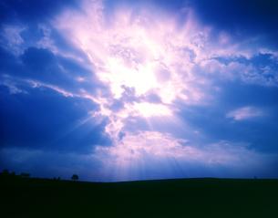 雲間より大地に射す光の写真素材 [FYI03198751]
