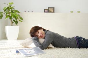 カーペット昼寝をする女性の写真素材 [FYI03199052]