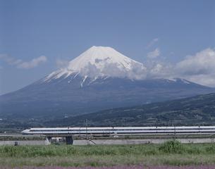 新幹線100系と富士山 静岡県の写真素材 [FYI03199078]