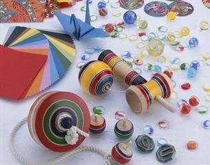 日本の玩具(けん玉とコマとビー玉とめんこと折り紙)の写真素材 [FYI03199121]