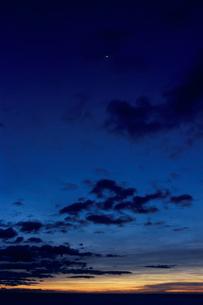 月と日の出前の空 日豊海岸の写真素材 [FYI03199648]