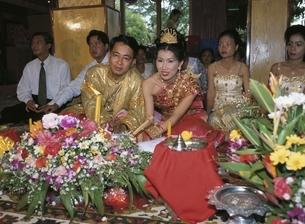 外国人カップルの結婚式 カンボジアの写真素材 [FYI03199697]