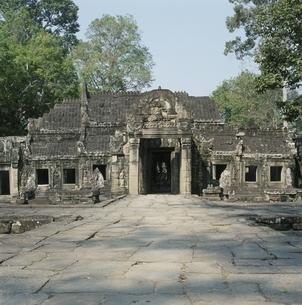 バンティアイクディ寺院と石畳 カンボジアの写真素材 [FYI03199719]