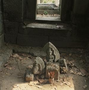 北クリアンの仏像と枯葉 カンボジアの写真素材 [FYI03199731]