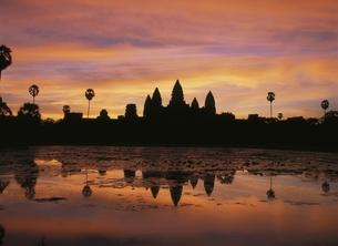 アンコールワットと空の朝焼け カンボジアの写真素材 [FYI03199733]