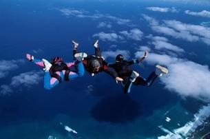 スカイダイビングする3人の人の空撮 ハワイ アメリカの写真素材 [FYI03199740]