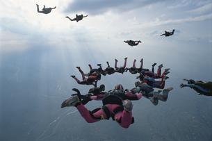 空中で輪になるスカイダイバーたちの写真素材 [FYI03199741]