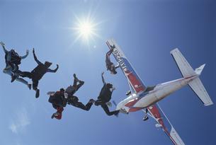 飛行機から飛び降りるスカイダイバーたちの写真素材 [FYI03199743]