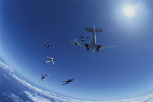飛行機から飛び降りるスカイダイバーたち  ハワイの写真素材 [FYI03199744]