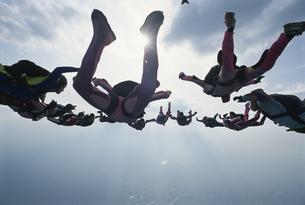 空中で輪になるスカイダイバーたちの写真素材 [FYI03199745]