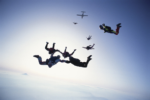 空中で輪になるスカイダイバーたちの写真素材 [FYI03199746]