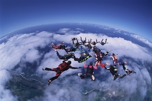 手をつなぐスカイダイビングの人々の空撮 ハワイの写真素材 [FYI03199748]