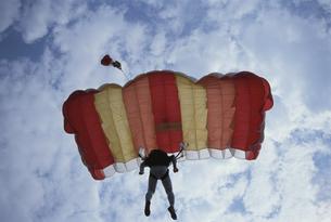 パラシュートを開くスカイダイバーの写真素材 [FYI03199749]