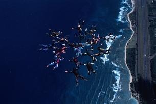 フォーメーションスカイダイビングの空撮 ハワイ アメリカの写真素材 [FYI03199752]