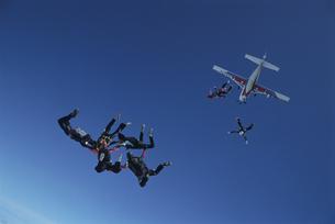 空中で輪になるスカイダイバーたちと飛行機の写真素材 [FYI03199755]