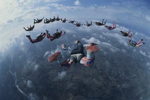 空中のスカイダイバーたちの写真素材 [FYI03199757]