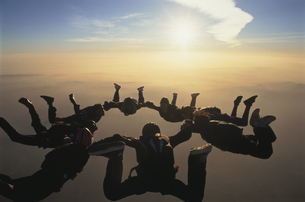 空中で輪になるスカイダイバーたち エルシノア アメリカの写真素材 [FYI03199761]