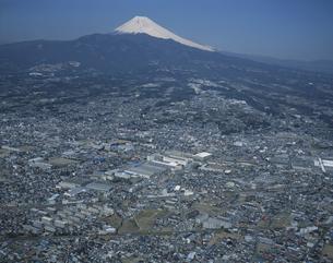 沼津市の町並みと富士山の空撮の写真素材 [FYI03199772]