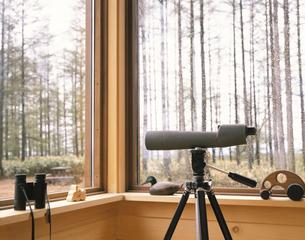 部屋からのバードウォッチングイメージ(双眼鏡など)の写真素材 [FYI03199828]