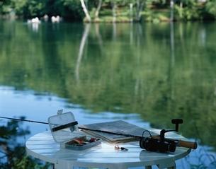 湖畔の釣り道具の写真素材 [FYI03199836]