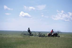広大な草原の草刈り作業  満州里郊外 中国の写真素材 [FYI03199889]