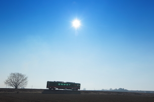 冬の太陽とディーゼルカーの写真素材 [FYI03199991]