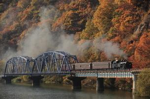 秋の只見線SLと只見川の写真素材 [FYI03200023]