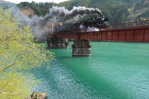 春の球磨川を渡るSLひとよしの写真素材 [FYI03200061]