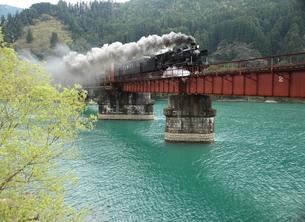 春の球磨川を渡るSLひとよしの写真素材 [FYI03200070]