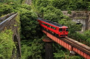 水道橋と橋梁を渡る特急列車の写真素材 [FYI03200108]