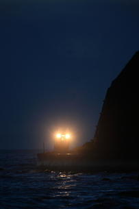 夜の太平洋の海岸と日高本線の写真素材 [FYI03200115]