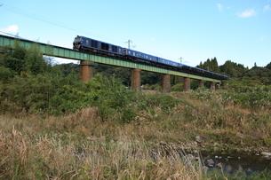 長い鉄橋を渡るななつ星の写真素材 [FYI03200143]