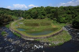 馬蹄型の棚田を囲む馬伏川と富士山の写真素材 [FYI03200171]
