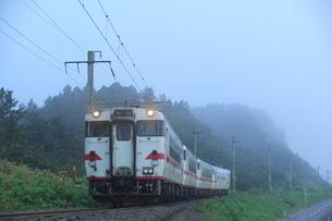 早朝の津軽線をゆくローカル列車の写真素材 [FYI03200224]