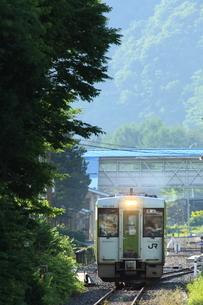 茂市駅を出るディーゼルカーの写真素材 [FYI03200239]