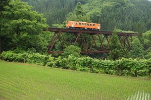 山間の鉄橋をゆく秋田内陸縦貫鉄道の写真素材 [FYI03200242]