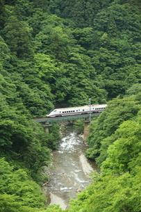 生保内川と秋田新幹線の写真素材 [FYI03200244]