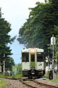高原駅を出るディーゼルカーの写真素材 [FYI03200250]